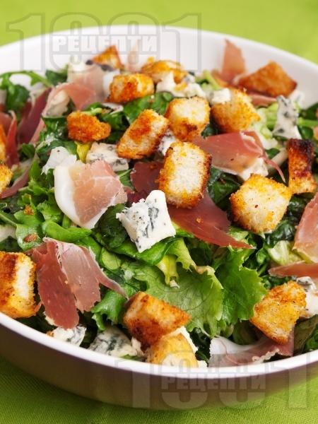 Вкусна френска селска зелена салата с рукола, радикио (цикория) шунка хамон (или прошуто), крутони, синьо сирене и сос - снимка на рецептата